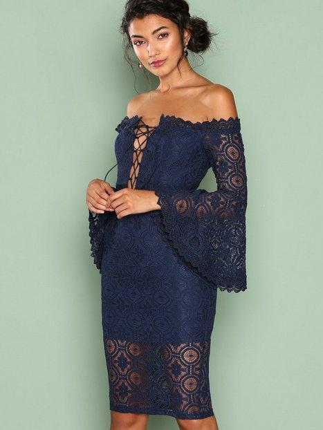 Billede af Love Triangle Arlo Lace Off Shoulder Dress Kropsnære kjoler Marine