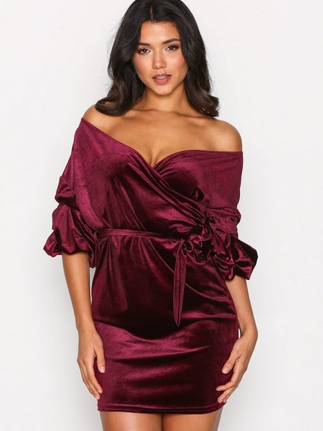 Billede af NLY One Puff Sleeve Velvet Dress Loose fit Burgundy