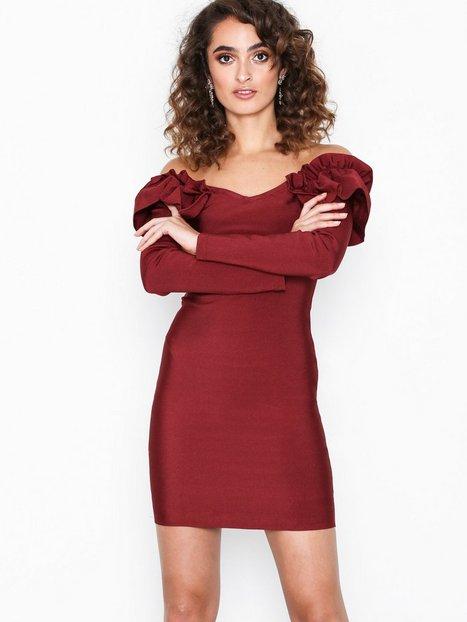 Billede af WOW Couture Ivy Ruffle Off Shoulder Dress Kropsnære kjoler Burgundy