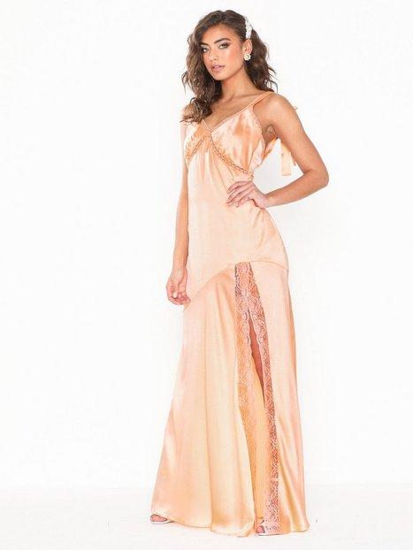 Billede af NLY Eve Bow Slip Gown Tætsiddende kjoler