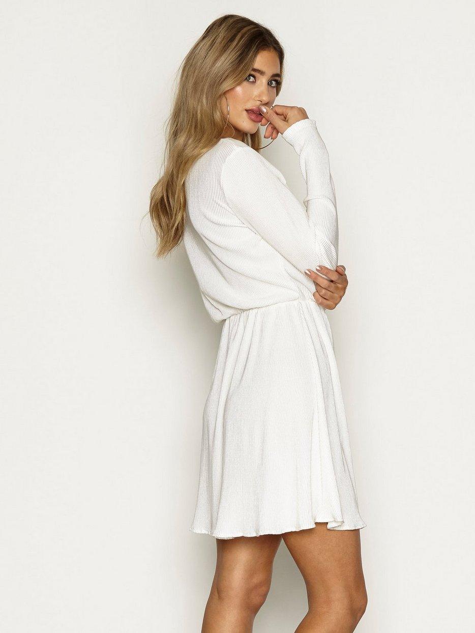 Pretty Pleats Dress - Nly Trend - Valkoinen - Mekot - Vaatteet - Nainen -  Nelly.com 1014b1fbfe