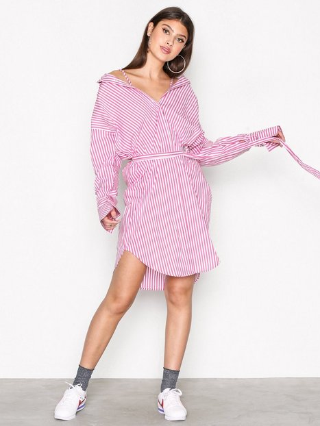 Billede af NLY Trend Alternative Shirt Dress Loose fit dresses Lyserød/Stribet