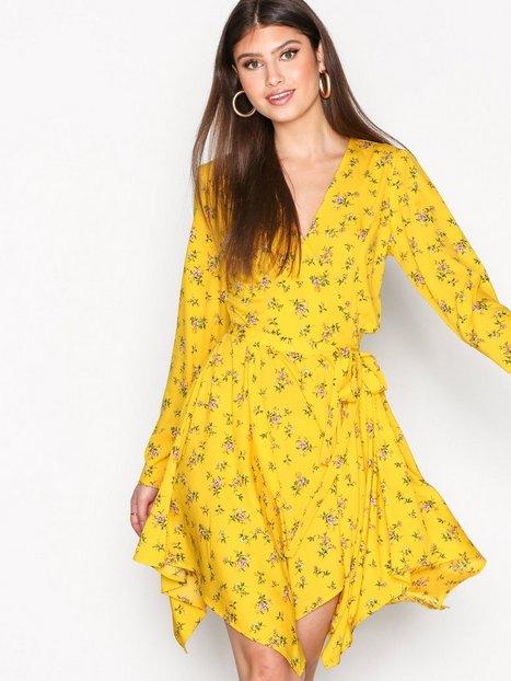 Billede af NLY Trend Asymmetric Flirty Dress Skater kjoler Gul Mønstret