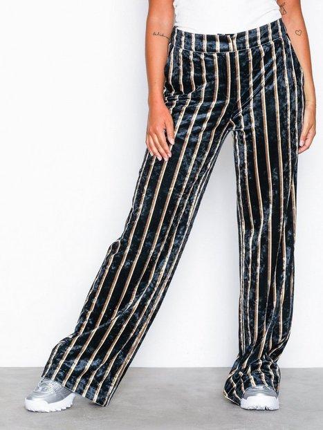 Billede af NLY Trend Straight Velvet Pants Bukser Stribet