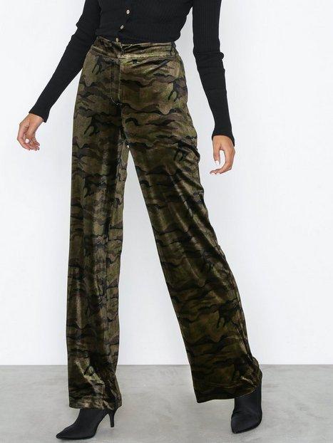 Billede af NLY Trend Straight Velvet Pants Bukser Camo
