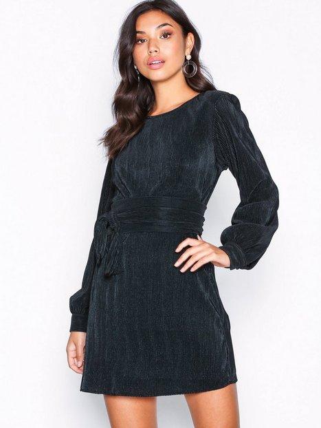 Billede af NLY Trend Belted Pleated Dress Langærmede kjoler Sort