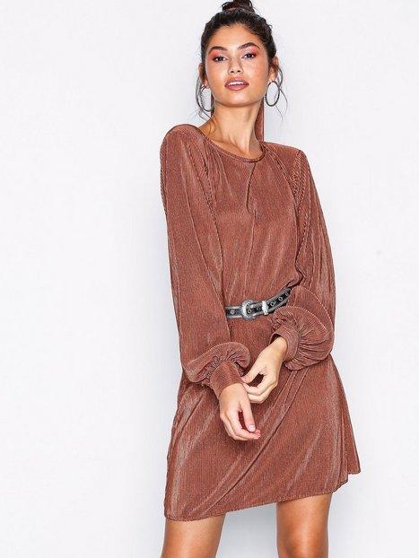 Billede af NLY Trend Belted Pleated Dress Langærmede kjoler Rustbrun
