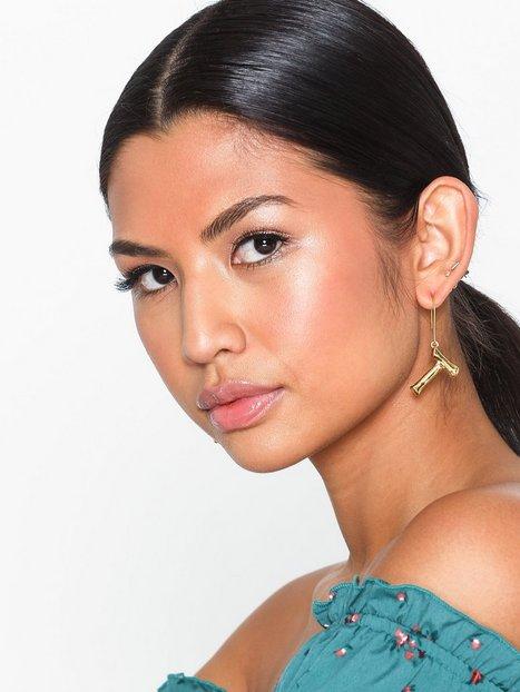 Billede af NLY Accessories Bamboo Letter Earrings Øvrige smykker T