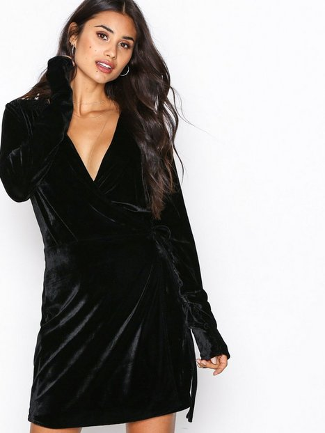 Billede af NLY Trend Fancy Velvet Wrap Dress Loose fit Sort