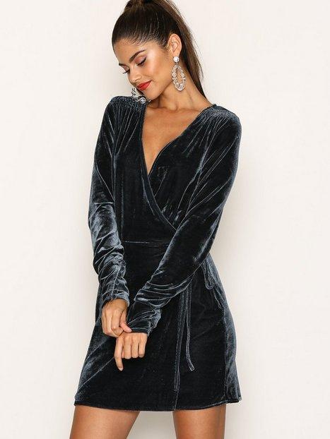 Billede af NLY Trend Fancy Velvet Wrap Dress Loose fit Blå