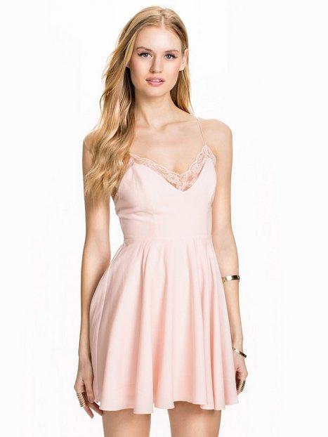Billede af NLY Blush Twist Back Dress Skaterkjole Lys Rosa