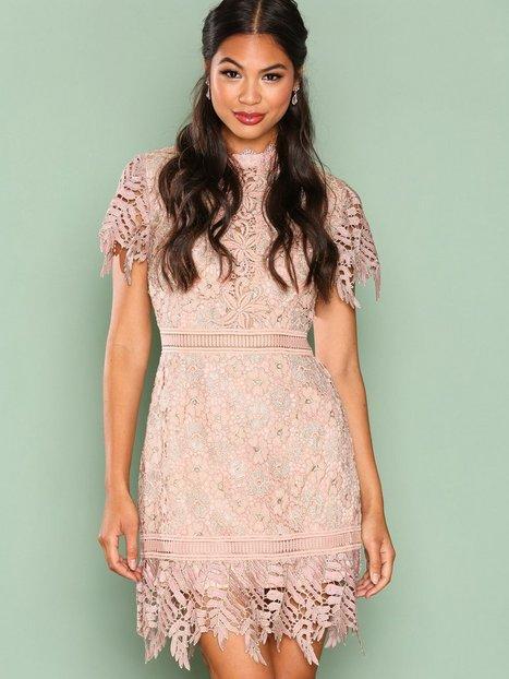 Billede af True Decadence Short Sleeve Lace Dreamy Dress Kropsnære kjoler Gold