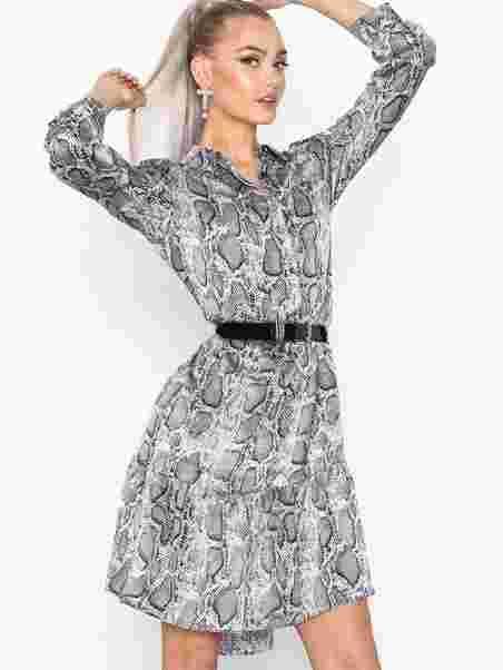 a789809e Gloss Dress - Sisters Point - Snake - Kjoler - Tøj - Kvinde - Nelly.com