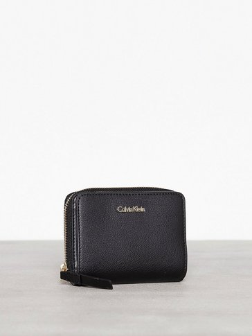 Calvin Klein - Frame Medium Zip W/Flap
