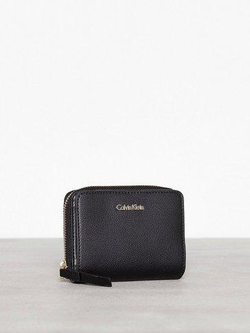 Calvin Klein - Frame Medium Zip W/Flap