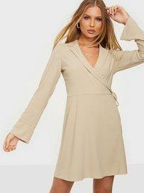 Köp NLY Trend Soft Blazer Dress - Beige - Nelly.comsizeguide-clothessizeguide-pantssizeguide-shoessizeguide-brasizeguide-clothessizeguide-pantssizeguide-shoessizeguide-bra